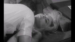 Белокожая шлюха-брюнетка скачет на черном как смоль члене негра в кроватки